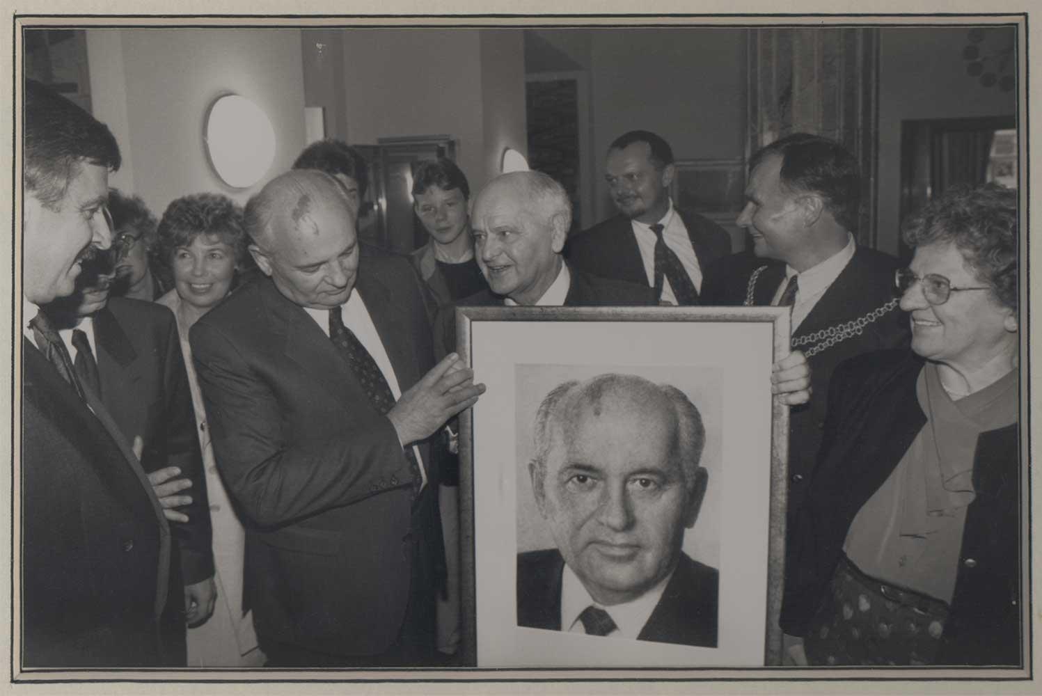 Michail Gorbatschow mit August Kunst und seinem Porträt